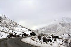 Montañas y tierra nevadas del paso de Lindis Imagen de archivo libre de regalías