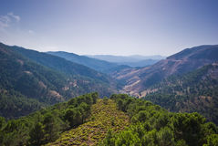 Montañas y un cielo azul Imagen de archivo libre de regalías