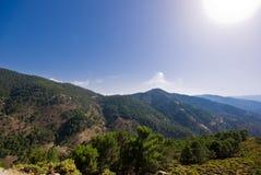 Montañas y un cielo azul Fotos de archivo libres de regalías