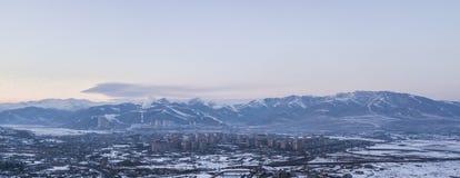 Montañas y una pequeña ciudad fotografía de archivo