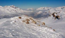 Montañas y valle Coverd Nevado en niebla Imágenes de archivo libres de regalías