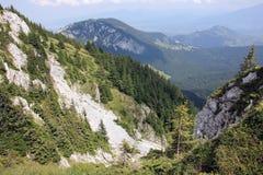 Montañas y valle vistos de la cresta Imágenes de archivo libres de regalías
