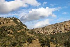 Montañas y valles secos de la garganta del prado contra el cielo nublado fotografía de archivo