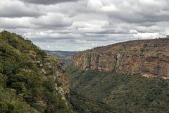 Montañas y valles secos de la garganta del prado contra el cielo nublado fotos de archivo