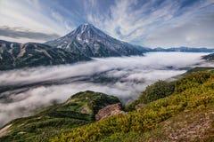 Montañas y volcanes Paisaje hermoso de Kamchatka Penins Fotografía de archivo libre de regalías