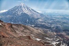 Montañas y volcanes Paisaje hermoso de Kamchatka Penins Fotografía de archivo