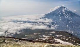 Montañas y volcanes Paisaje hermoso de Kamchatka Penins Imágenes de archivo libres de regalías