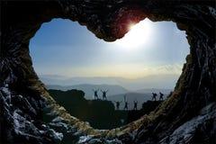 Montañeses con la formación de roca en forma de corazón Imagen de archivo libre de regalías