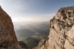 Montañeses en la cumbre de las montañas Foto de archivo