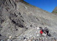 Montañeses en las rocas de la montaña imagen de archivo libre de regalías