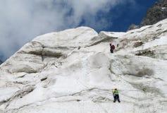 Montañeses en nieve e hielo fotografía de archivo