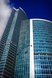 Montañeses industriales que limpian un rascacielos Imágenes de archivo libres de regalías