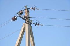 Montaż budowa przeciw jasnemu niebieskiemu niebu zasięrzutne linie energetyczne na zwrocie Fotografia Stock