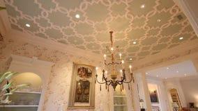 Montaż różni pokoje w pięknym luksusu domu, strzał na poruszającym dolly Uwypukla rodzinnego pokój, kuchnia, łomota zbiory
