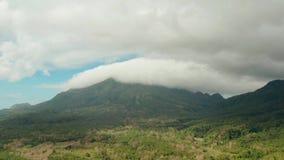 Monta?as cubiertas con la selva tropical, Filipinas, Camiguin almacen de metraje de vídeo