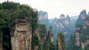 Monta?as de Avatar de las formaciones de roca de Zhangjiajie Forest Park With Stone Pillars metrajes