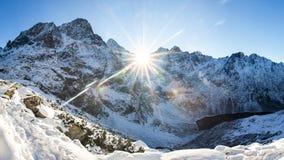 Monta?as del invierno Paisaje alpino de la naturaleza del invierno Montaña Nevado con el sol brillante Mañana soleada en las mont fotos de archivo
