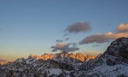 Monta?as rocosas hermosas cubiertas en nieve fotos de archivo