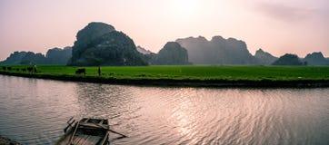 Monta?as y campos del arroz de Vietnam del norte en la puesta del sol fotos de archivo