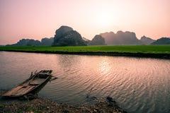 Monta?as y campos del arroz de Vietnam del norte en la puesta del sol imagen de archivo libre de regalías