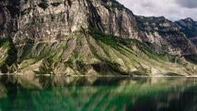 Monta?as y lago Distrito de Gunib de Daguest imagenes de archivo