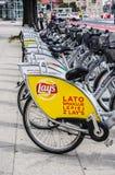 Monta en bicicleta el alquiler en una calle imagen de archivo