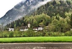 Montaña de Alpes con la iglesia en Baviera Alemania Foto de archivo