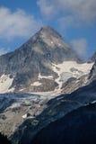 Montaña de la nieve debajo del cielo azul en los gadmen, Suiza Imagenes de archivo