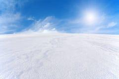 Montaña de la nieve y cielo azul Imagenes de archivo
