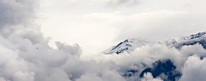 Montaña, nubes y un pájaro Fotos de archivo libres de regalías