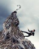 Montaña que sube del hombre de negocios Fotografía de archivo libre de regalías