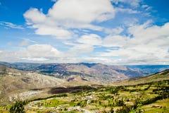 Montaña y campos en Ecuador central Imagenes de archivo