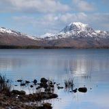 Montaña y lago Maree de Slioch Fotos de archivo