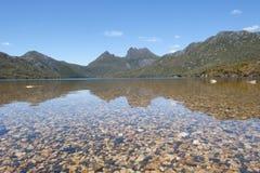 Montaña y lago Tasmania de la cuna dove Imagen de archivo