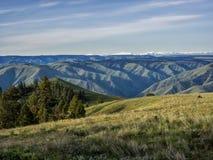 Montañas azules en la salida del sol Imagen de archivo