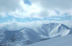 Montañas bajo la nieve Imagen de archivo libre de regalías