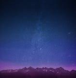 Montañas con el papel pintado de las estrellas Imagen de archivo