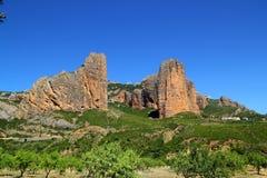 Montañas de la dimensión de una variable del icono de Mallos de Riglos en Huesca Imagen de archivo