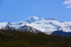 Montañas de la nieve en Islandia Foto de archivo