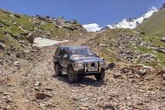 Montañas del vehículo del terreno Fotos de archivo