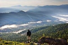 Montañas hermosas paisaje y persona Imagenes de archivo