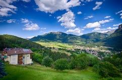 Montañas italianas - paisaje de la ciudad de Alpe di Siusi Imagenes de archivo