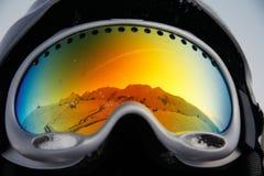 Montañas reflejadas en vidrios Fotos de archivo