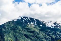 Montañas verdes debajo de la niebla Imagen de archivo