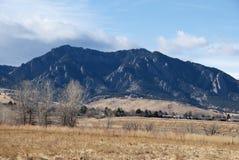 Montañas y campos en el borde de la ciudad Fotos de archivo