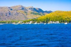 Montañas y mar en Santa Ponsa, Mallorca, España Foto de archivo libre de regalías