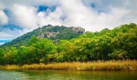 Montañas y río Imagenes de archivo