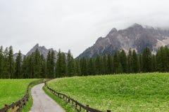 Montañas y sendero de las dolomías de Sexten en el Tyrol del sur Foto de archivo
