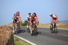 Montada dos ciclistas subida em montanhas de Cindrel, montanhas de Carpathians Foto de Stock