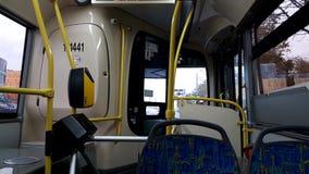 Montada em torno da cidade em um ônibus vazio video estoque